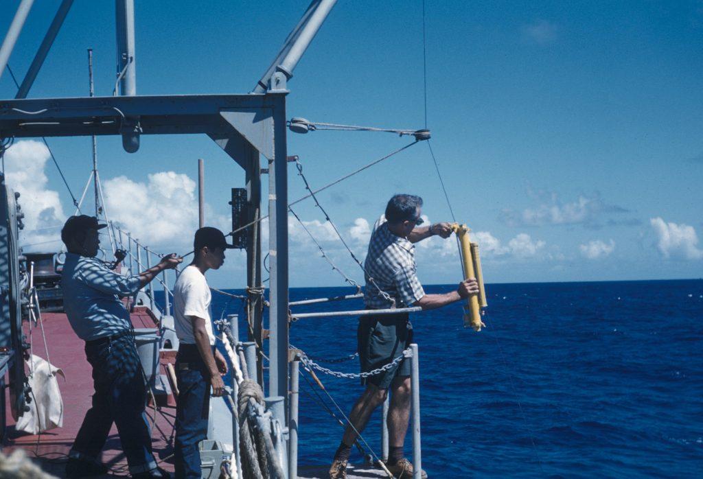 Des marins pêchent sur un bateau au milieu de l'océan